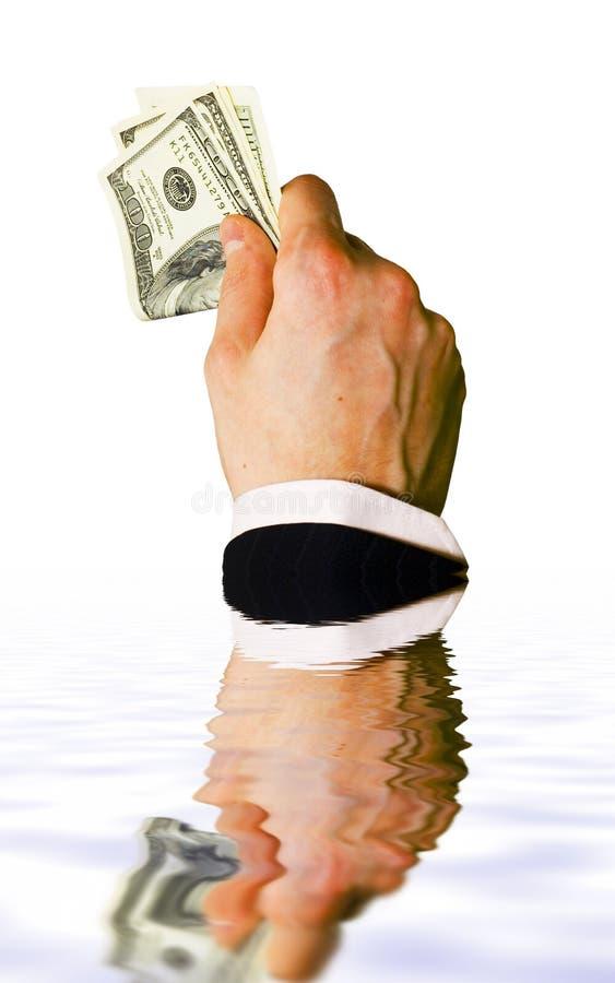 Sinkende Hand mit Geld stockfoto
