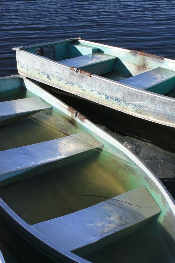 Sinkender Rowboat lizenzfreie stockfotos