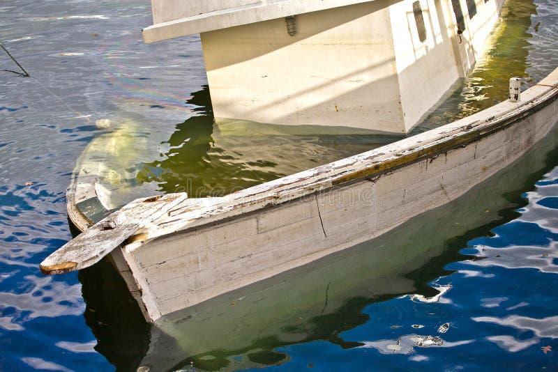 Sinkendes Boot lizenzfreies stockfoto