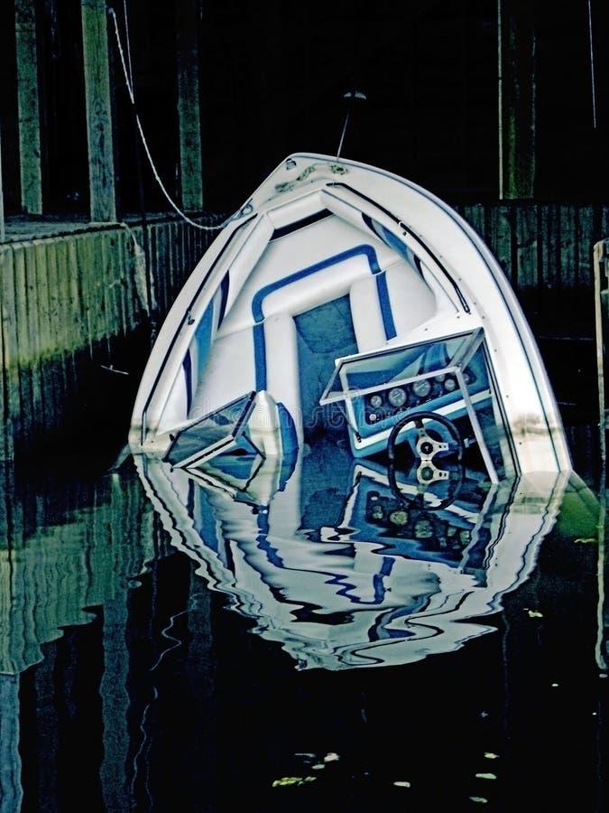 Sinkendes Boot/Konzept-Metapher stockbilder