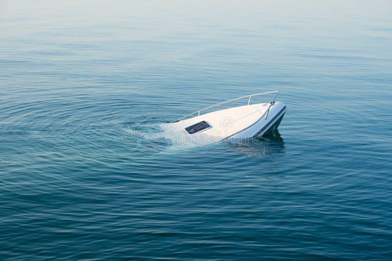Sinkendes modernes großes weißes Boot geht unter Wasser stockbild