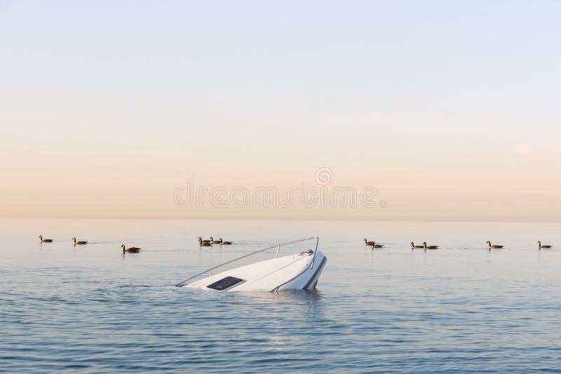 Sinkendes modernes gro?es wei?es Boot geht unter Wasser stockfotografie