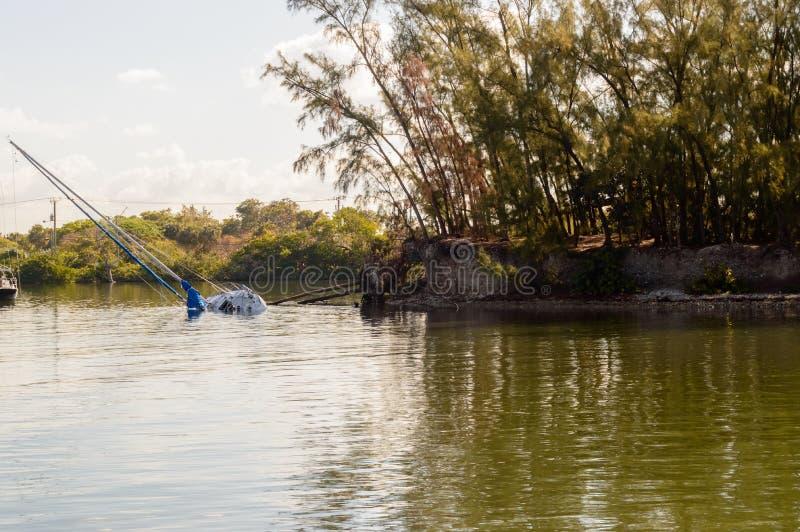 Sinkendes Segelboot im Wasser stockfotos