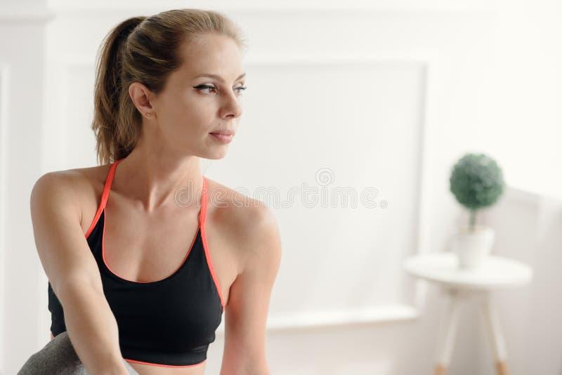 Sinnat vila för idrottskvinna royaltyfria foton