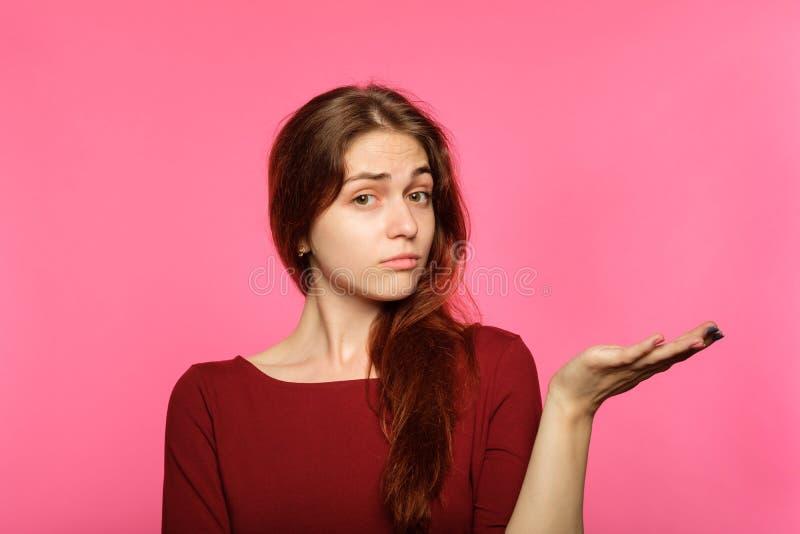 Sinnesrörelse förvirrad förbryllad förvirrad flickahåll royaltyfria foton