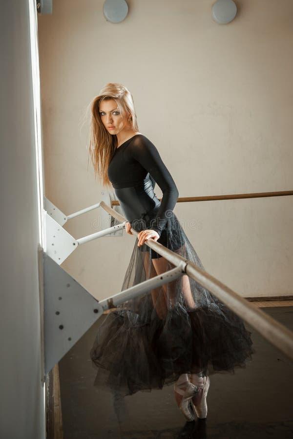 Sinnesrörelser av en balettdansör på balettbarren royaltyfri fotografi
