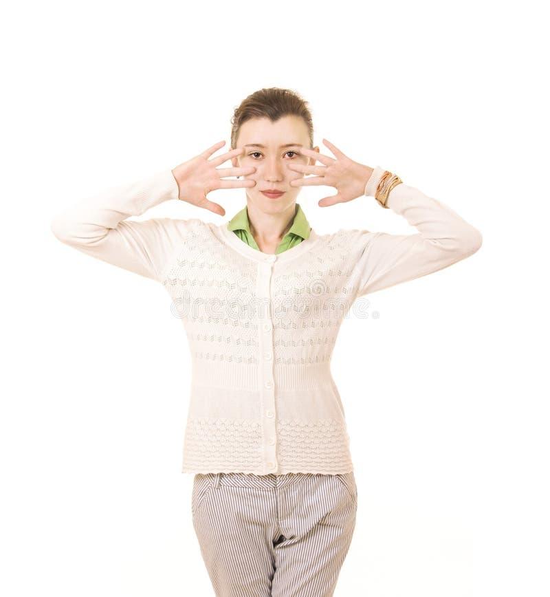 Sinnesrörelser av en härlig flicka med långt hår, i ett vitt omslag royaltyfri foto