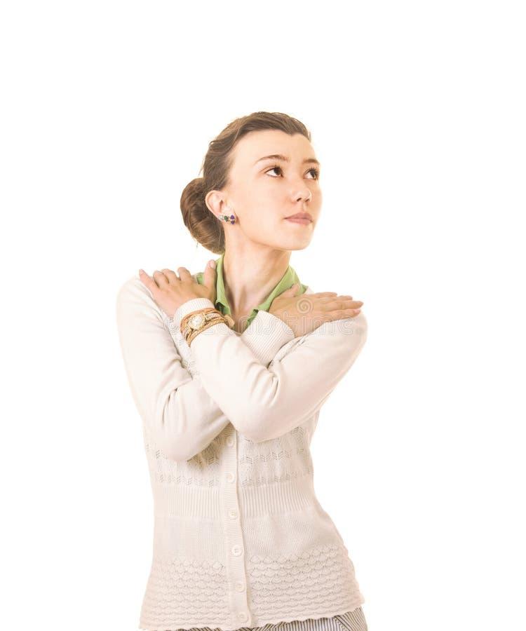 Sinnesrörelser av en härlig flicka med långt hår, i ett vitt omslag arkivfoton