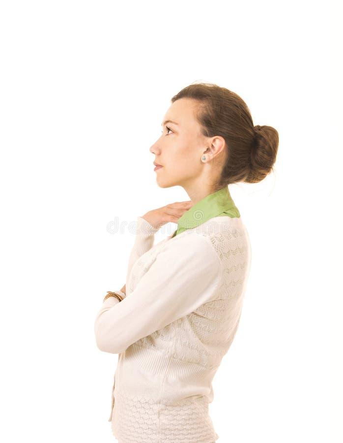 Sinnesrörelser av en härlig flicka med långt hår, i ett vitt omslag arkivfoto