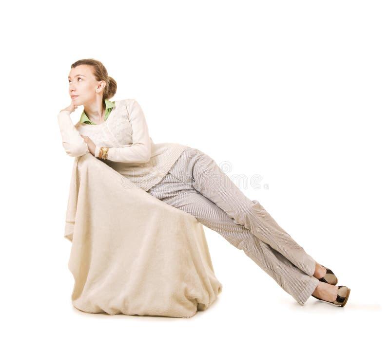 Sinnesrörelser av en härlig flicka med långt hår, i ett vitt omslag royaltyfria foton