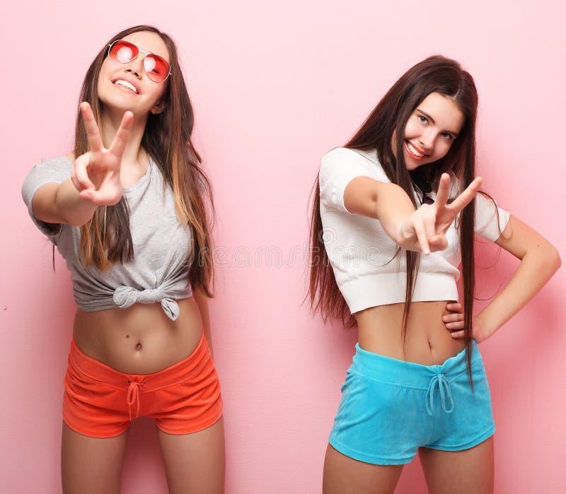 Sinnesrörelser, folk, tonår och kamratskapbegrepp - två unga tonårigt royaltyfria bilder