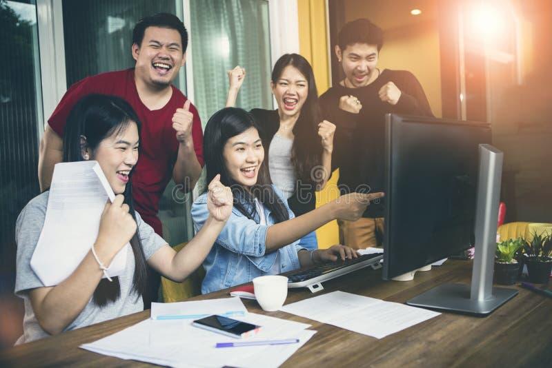 Sinnesr?relse f?r lycka f?r asiatiskt mer ung frilans- teamworkjobb lyckad fotografering för bildbyråer