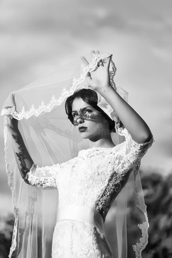 Sinnliche Braut im Freien stockbild