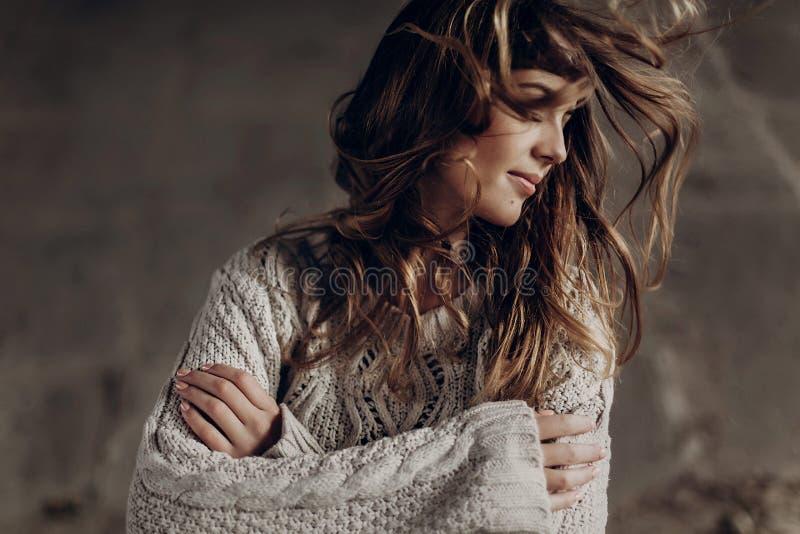 Sinnliche Brunettefrau im stilvollen Hippie kleidet Aufstellung die im Freien stockfoto