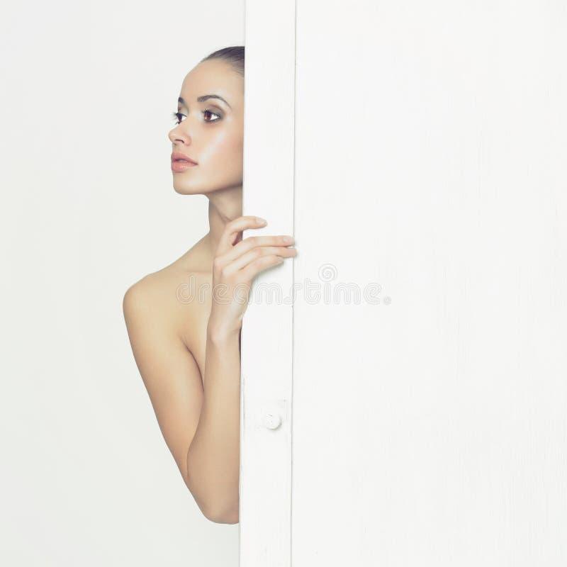 Sinnliche Dame im klassischen Innenraum lizenzfreies stockfoto