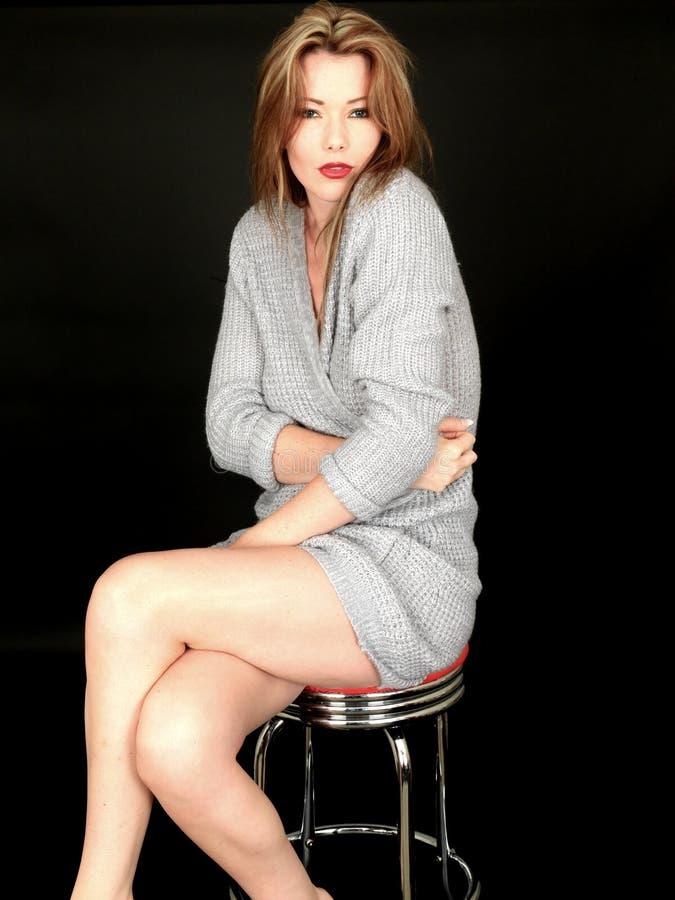 Sinnliche Frau, Die Mit Den Gekreuzten Beinen Sitzt