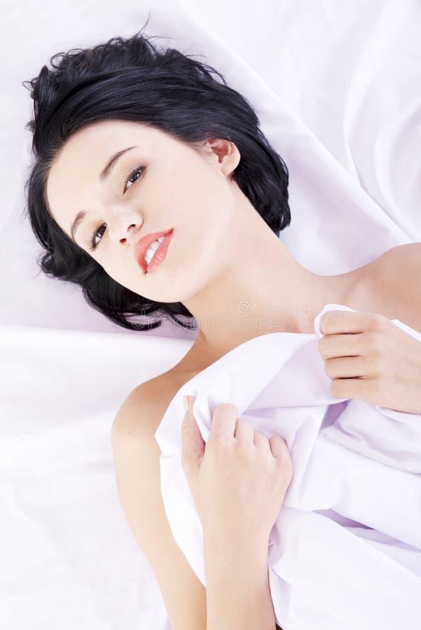 Download Sinnliche Frau im Bett stockfoto. Bild von brunette, schauen - 26366968
