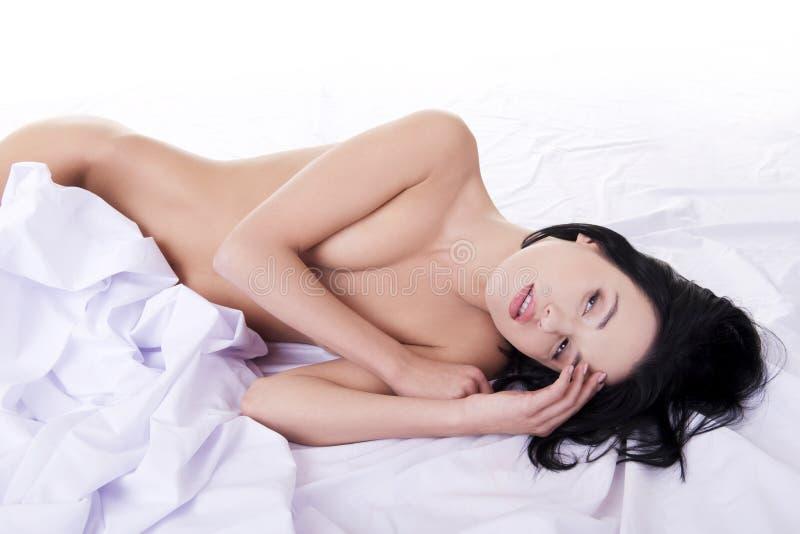 Download Sinnliche Frau im Bett stockfoto. Bild von heiß, schönheit - 27730026