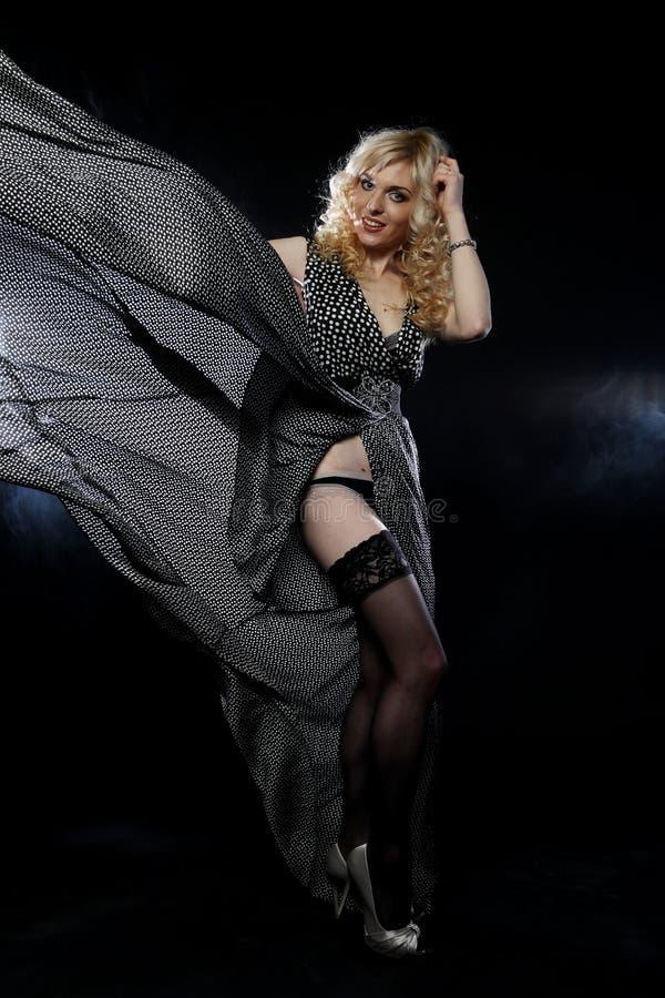 Sinnliche Frau im langen schwarzen Kleid lizenzfreies stockbild