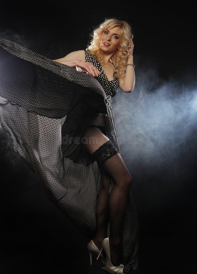 Sinnliche Frau im langen schwarzen Kleid stockbild