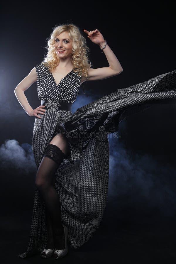 Sinnliche Frau im langen schwarzen Kleid stockfotos