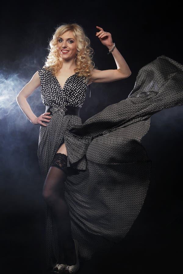 Sinnliche Frau im langen schwarzen Kleid lizenzfreie stockfotos