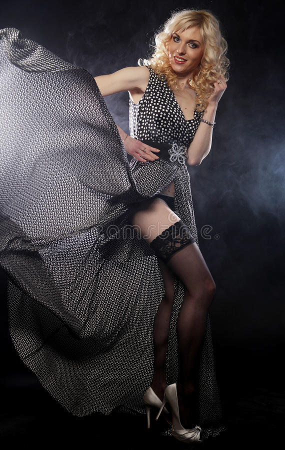 Sinnliche Frau im langen schwarzen Kleid lizenzfreie stockfotografie