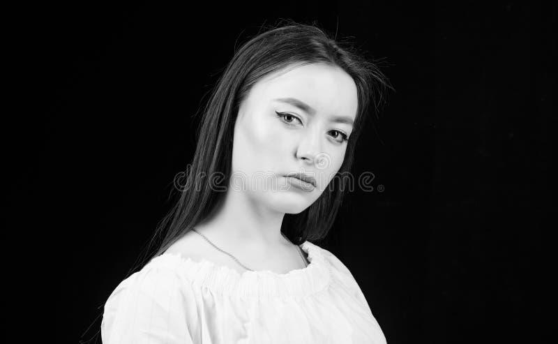 sinnliche Frau lokalisiert auf Schwarzem Friseursalon Art und Weisebaumusterportrait Kosmetik und Make-up Skincare H?bsche Frau lizenzfreie stockfotografie