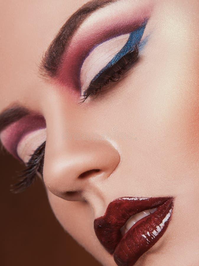 Sinnliche Frau mit geschlossenen Augen und gesunder Haut im Studio lizenzfreies stockfoto