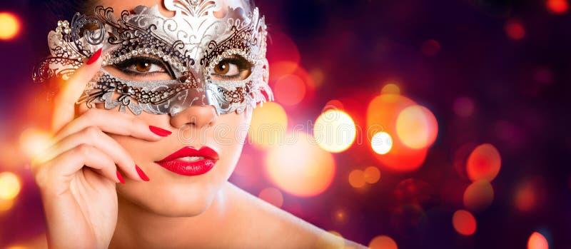 Sinnliche Frau mit Karnevalsmaske stockfoto