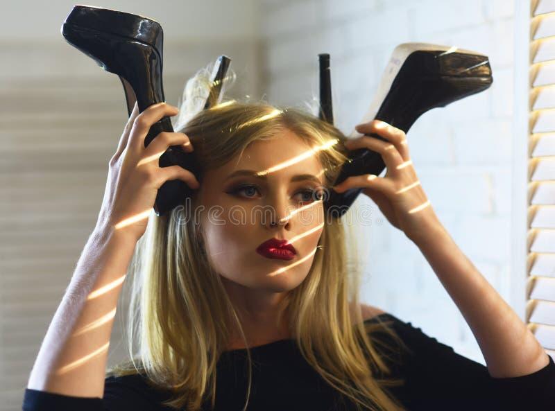 Sinnliche Frau mit modernen Schuhen, Mode lizenzfreie stockbilder
