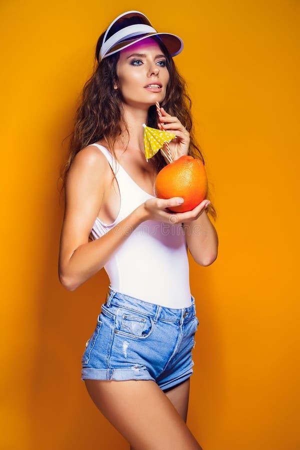 Sinnliche Frau mit saftiger Frucht stockfotografie