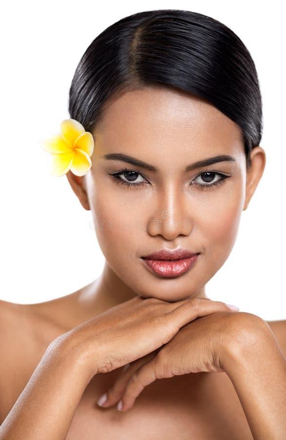 Sinnliche Frau mit tropischer Blume über Weiß lizenzfreie stockfotografie