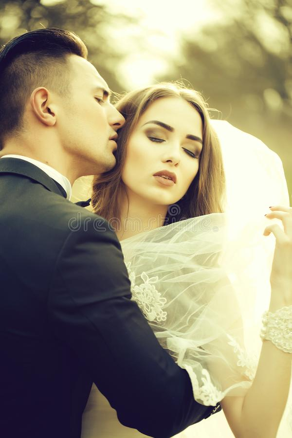 Sinnliche Hochzeit Paare lizenzfreie stockfotografie