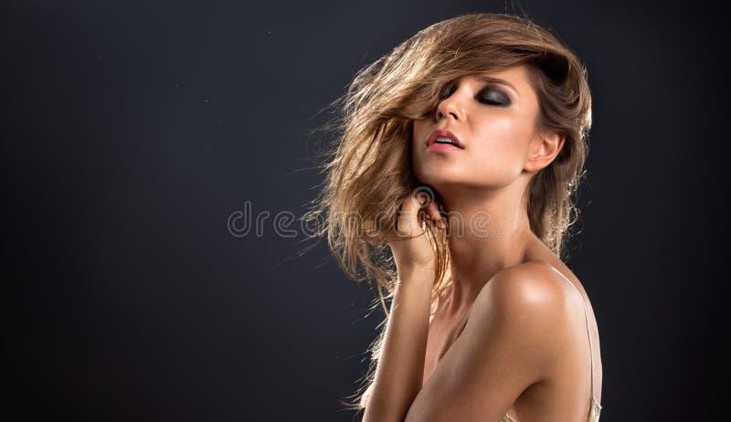 Sinnliche junge Blondine lizenzfreies stockbild