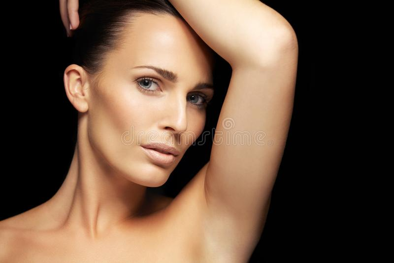 Sinnliche junge Frau mit schöner Haut lizenzfreies stockbild