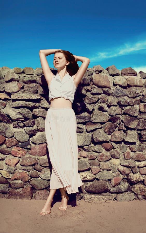 Sinnliche reizende dünne entspannende Frau stockfoto