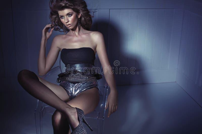 Sinnliche sexy Dame mit dem erstaunlichen langen Haar lizenzfreie stockfotos