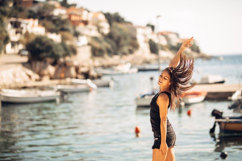Sinnliche sorglose Sommerfrau, die Ferien genießt Küstendruck weniger Lebensstil Geeigneter Reisender, der das Leben genießt Voll stockfotografie