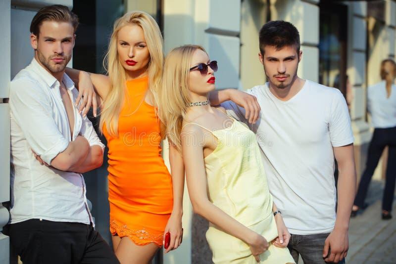 Sinnliche Zwillingsfrauen treffen Mannliebhaber auf Stra?e lizenzfreie stockfotos