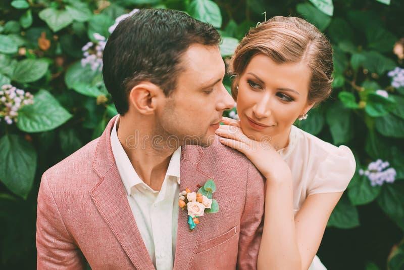 Sinnlicher Bräutigam und Braut auf Natur lizenzfreie stockfotos