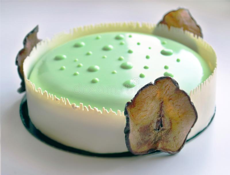 Sinnlicher hellgrüner Birnenkuchen mit weißer Schokoladengrenze und getrockneten Birnen stockfotos