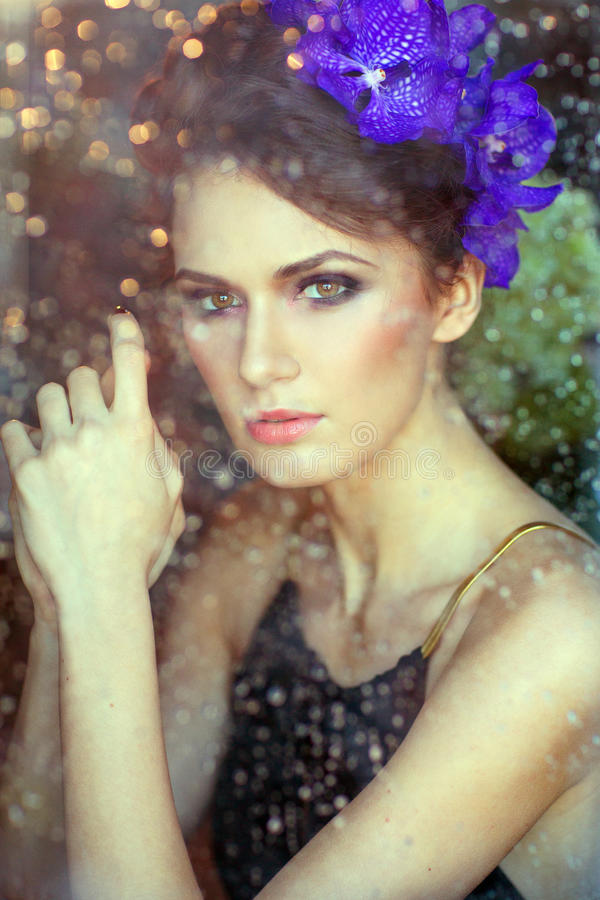 Sinnlicher schöner Brunette hinter dem Glas, durch das Abfluss stockfotos