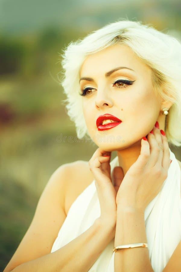 Sinnliches blondes Porträt lizenzfreie stockbilder