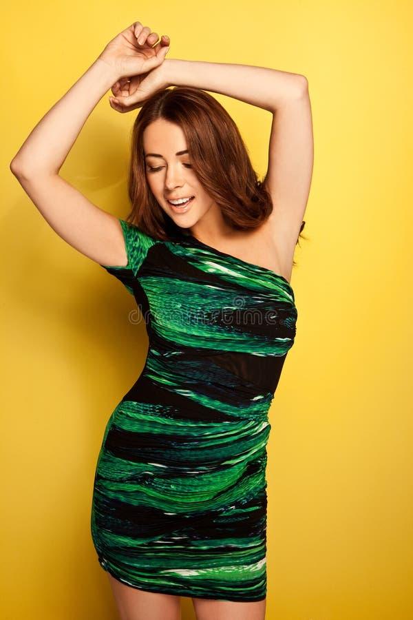 Sinnliches Frauen-Tanzen im schleichenden grünen Kleid stockfotos