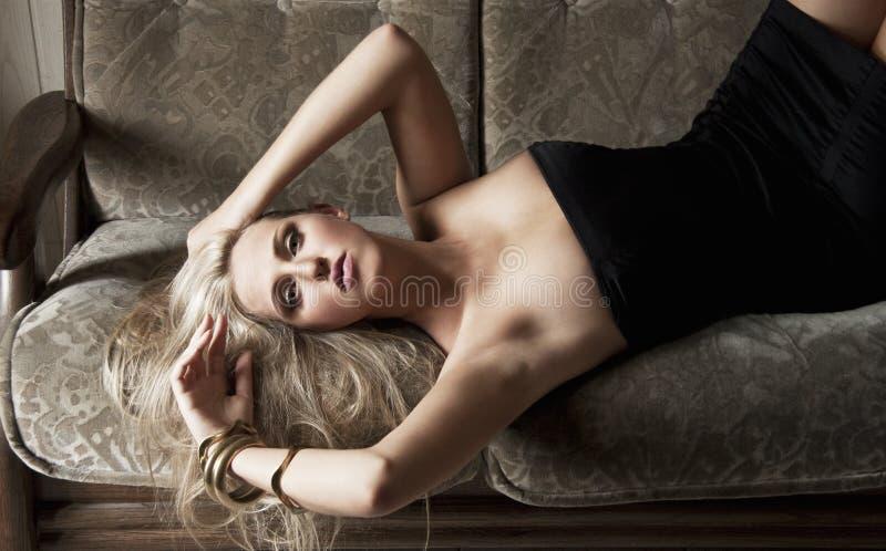 Download Sinnliches Mädchen Auf Sofa Stockfoto - Bild von erwachsener, bezaubern: 14955696