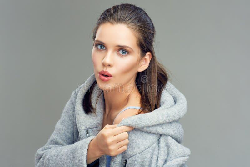 Sinnliches Mädchen, das grauen Mantel trägt stockfotografie