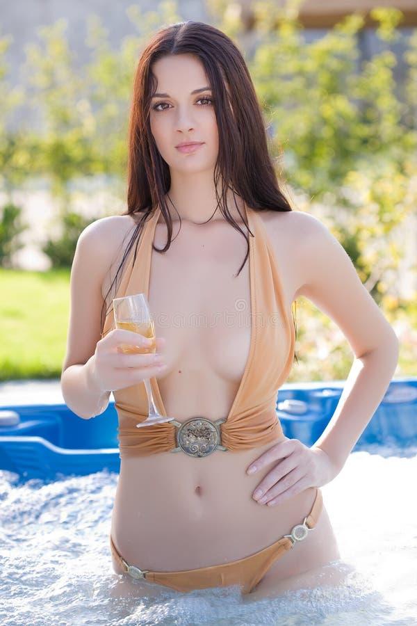 Sinnliches Mädchen mit Champagnerglas lizenzfreie stockbilder