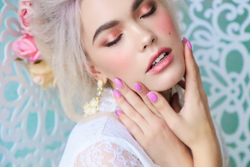 Sinnliches Mädchen mit dem blonden Haar in der Wäsche und im Zubehör lizenzfreies stockfoto