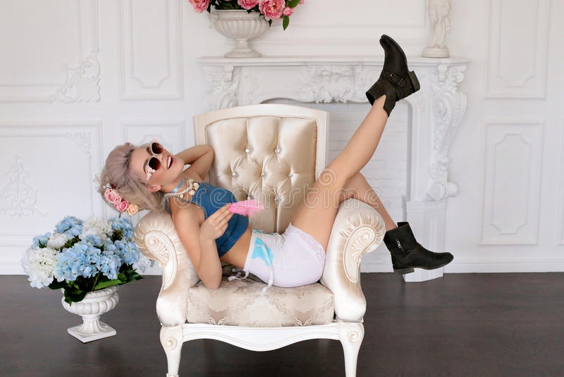 Sinnliches Mädchen mit dem blonden Haar in der Wäsche und im Zubehör stockfotos